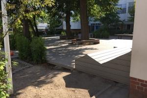 Projekt Schulhof Terrasse Sitzgelegenheiten